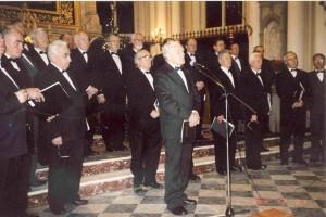 Srtanisław Kozioł podczas występu z chórem parafialnym w Krzeszowicach